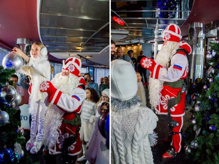 Дед Мороз пришел на праздник в экзоскелете.