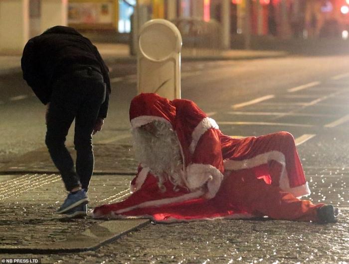 Упавший Санта Клаус, когда пьяные люди в канун Рождества вывалили на улицы Блэкпула. Завтра их ждет головная боль