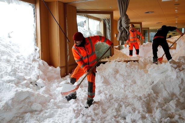 Страшные зимние штормы похоронили Европу в двухметровом снегу, в результате чего погибло 12 человек, включая мальчика