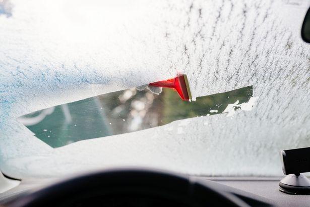 Мужчина придумал гениальный способ от обледенения автомобиля. Мгновенно очистит и согреет руки