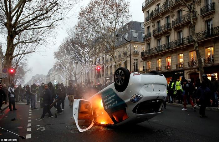Франция снова горит, когда полиция травит слезоточивым газом активистов Жёлтых жилетов