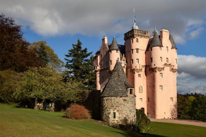 Сказочный розовый замок похожий на картинку из Диснейленда и находится в Англии
