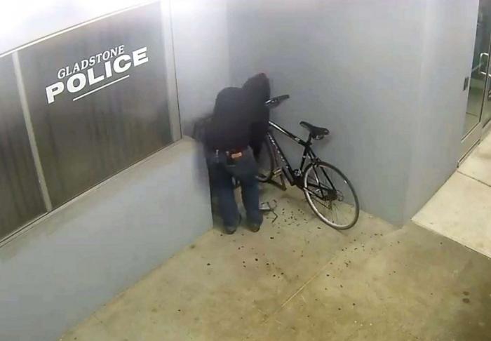 Смотрите короткий фильм, как парень пытается украсть велосипед из полицейского участка