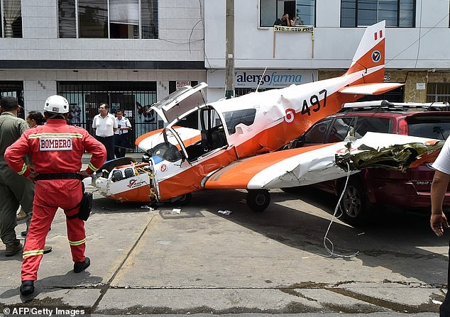 Самолет ВВС Перу врезался в силовые кабели и упал на крыши машин в центре города