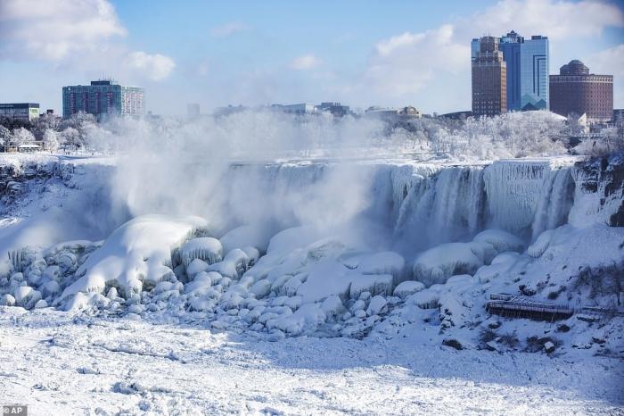 Ниагарский водопад частично замерз, когда холодный воздух из-за полярья переместился на северо-восток и принес рекордно низкую температуру -34С