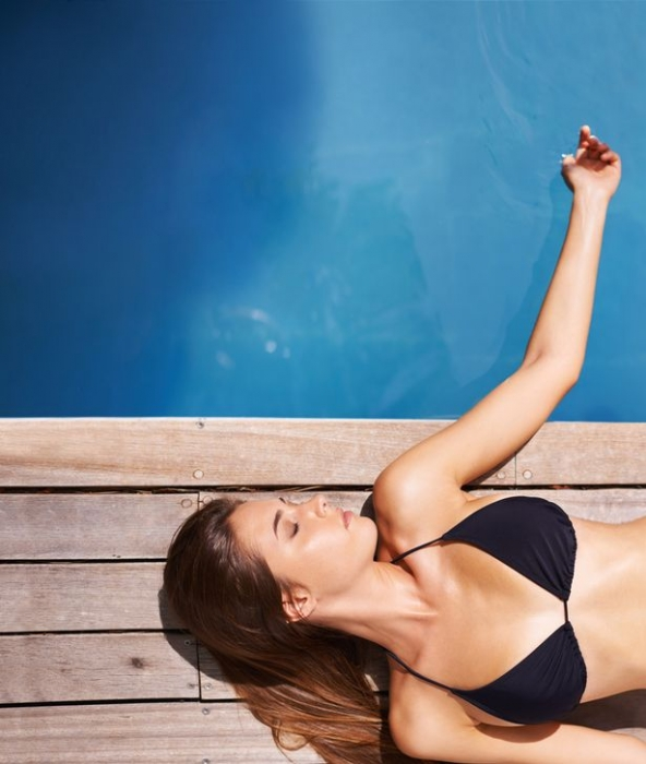 Женщина возвращается домой, находит звезду Инстаграм в своем бассейне - а причина, очень странная