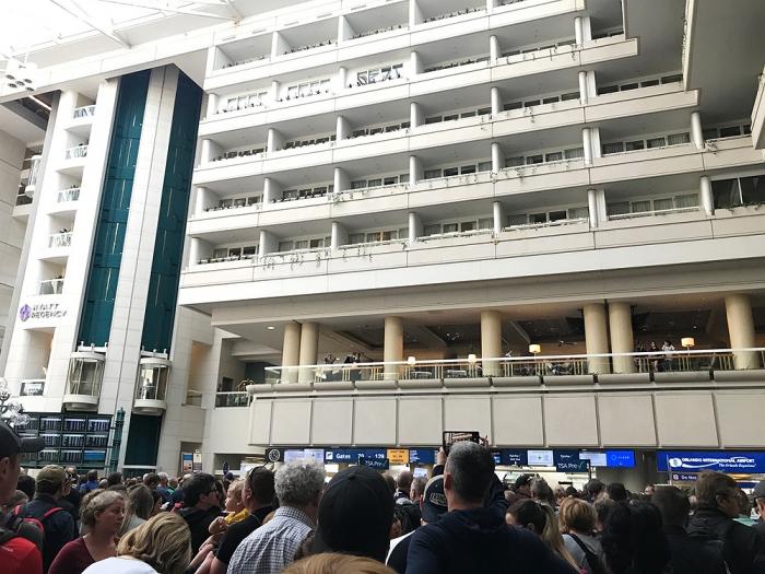 Офицер Транспортной безопасности прыгнул на смерть в аэропорту Орландо, вызывав панику на КПП