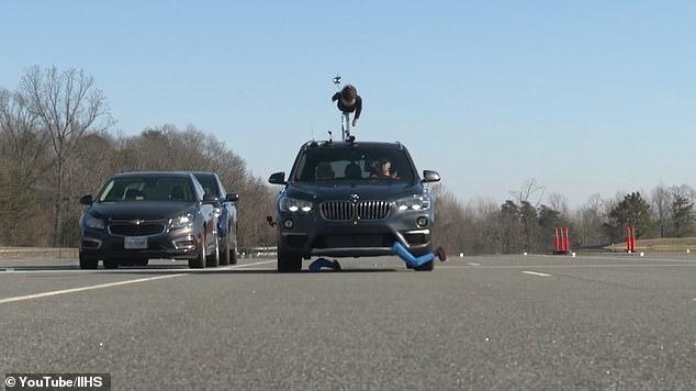 Система обнаружения пешеходов BMW не смогла остановить автомобиль, при приближении к манекену в ходе испытаний