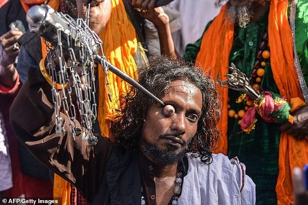 Суфийские мусульмане вытаскивают глаз палками и мечами и прокалывают свои языки во время священного праздника