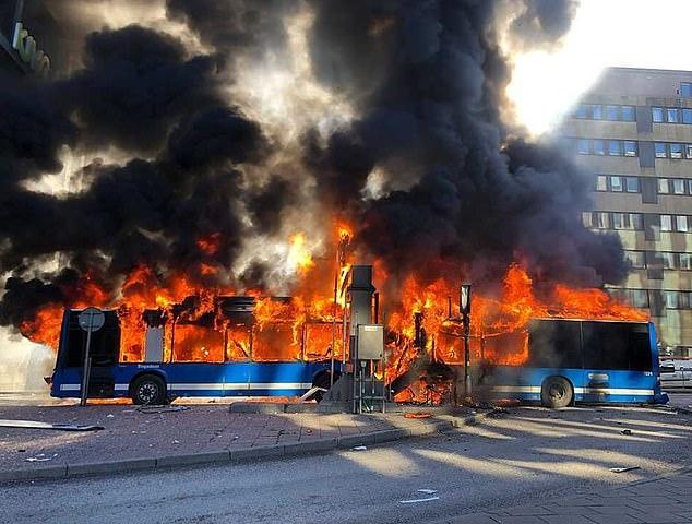 Автобус вспыхнул после удара по ограниченному по высоте мосту в Стокгольме