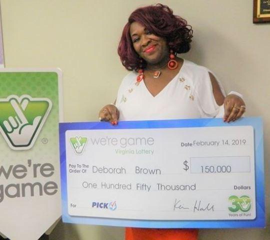 Женщина купила 30 лотерейных билетов одновременно и выиграла джекпот в размере 5000 долларов на каждый билет