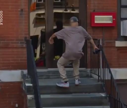 Страшный момент, когда мужчина падает на спину вниз с лестницы. Невероятное падение было поймано на Google Maps.