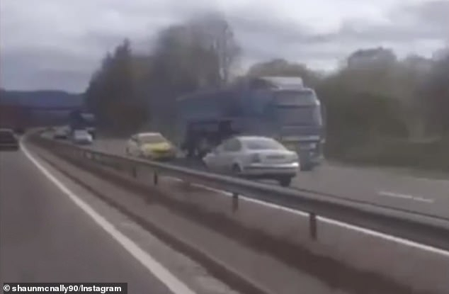 Пугающий момент водитель гонит против движения, прежде чем произойдет ужасный лобовой удар