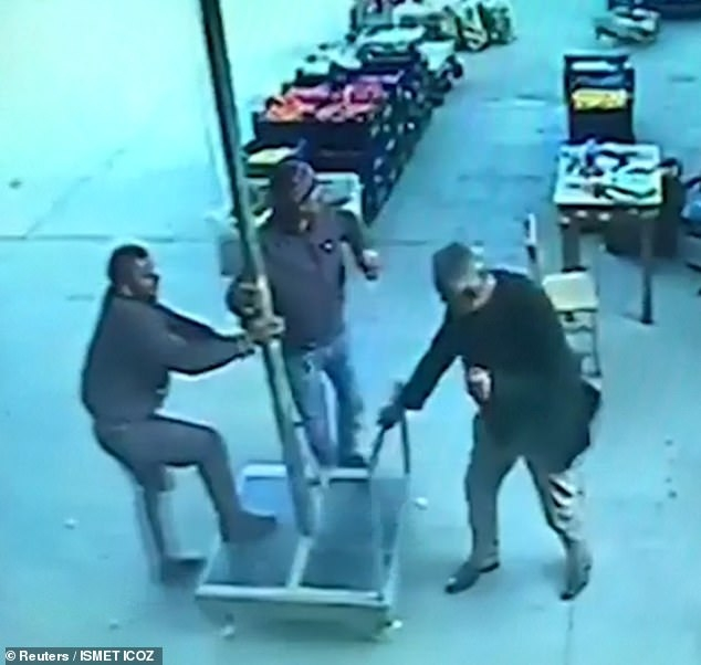 Мужчина взлетает на 4 метра в воздух, схватившись за зонтик в кафе, стараясь удержать его на земле при сильном ветре в Тyрции