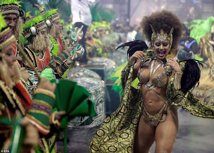 Бразильцы превратили Сaн-Паулу в цветы, блеск и перья в ночь пятидневного фестиваля в честь Великого поста