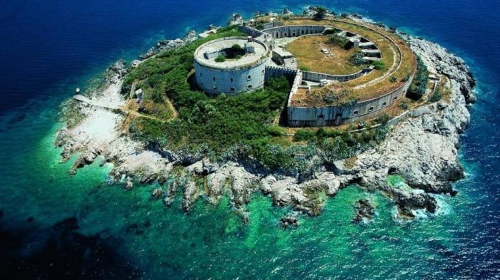 Крепость на острове, где «заключенные голодали и их пытали», станет пятизвездочной гостиницей