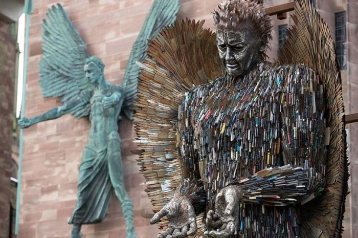 Ангел, сделанный из 100 000 конфискованных ножей, представлен в Ковентри