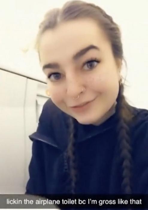 Секс-работница шокирует Твиттер, облизывая туалет в самолете