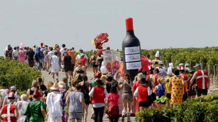 Во время французского марафона бегунам разрешено останавливаться и пить вино и есть сыр