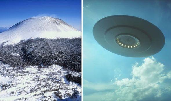 Видны два космических корабля, входящие в вулкан Асама