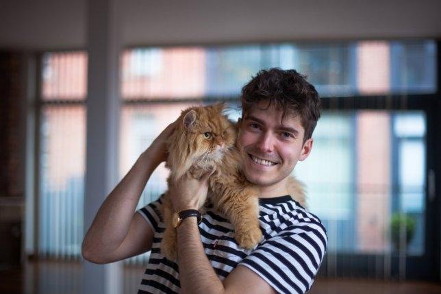 Мэтт, сиделка у кошки, уже два года живет в Лондоне не платя за квартиру