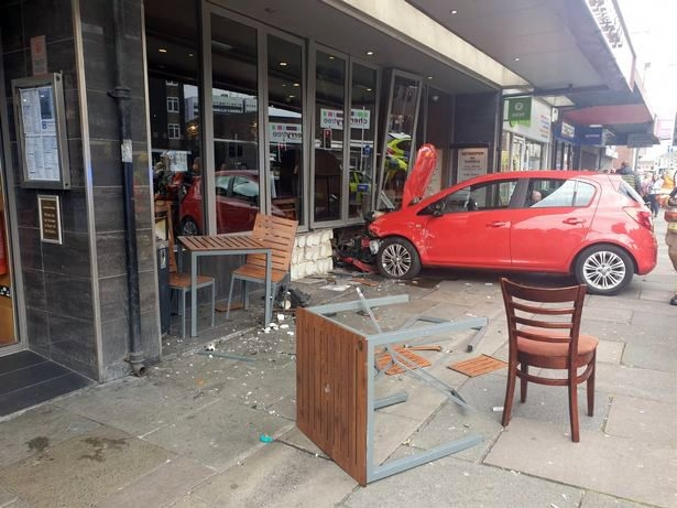 Обедающие посетители столовки «Везерспунз» были потрясены, когда автомобиль врезался в стену