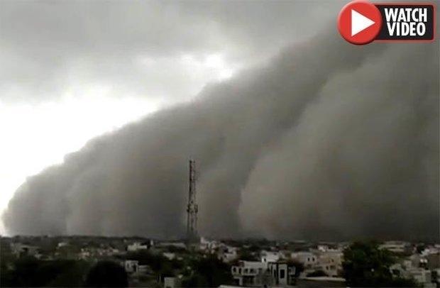 Страшная стена из песка окружила город при шторме
