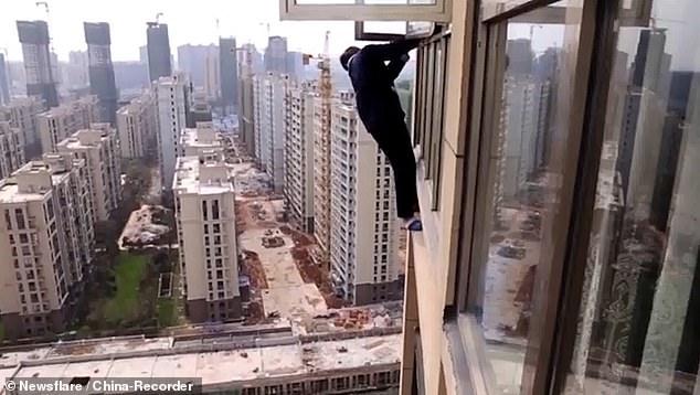 Грабитель пытается сбежать от полиции, вылезая из окна 22-го этажа ... и в итоге его спасают полицейские