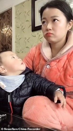 Смешно, когда мать притворяется, что смотрит телевизор, чтобы ребенок не заметил, что она ест яблоко
