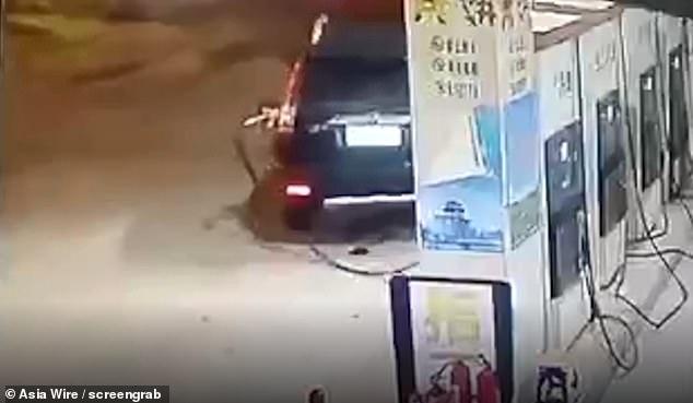 Мужчина вызвал сильный взрыв, забыв вынуть заправочный шланг, и стал уезжать с заправки