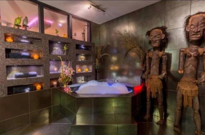 Ужасный интерьер усугубляется жуткими статуями в туалете