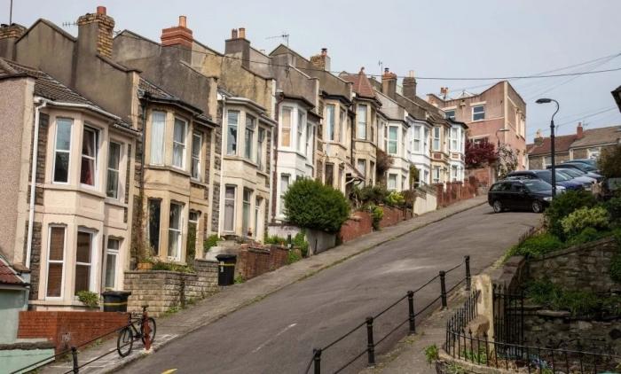 Добро пожаловать на самую крутую улицу Англии, где соседи привязывают машины к фонарным столбам, чтобы они не укатились