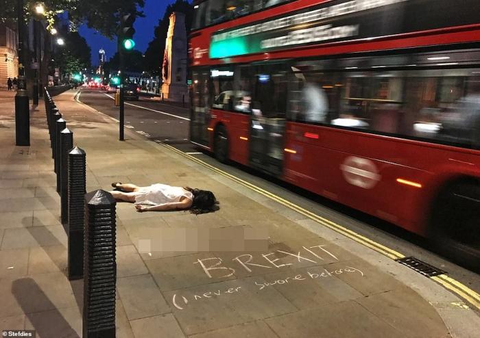 Туристка открыла страничку в Инстаграм, которая показывает, как она «умирает» в туристических местах по всему миру