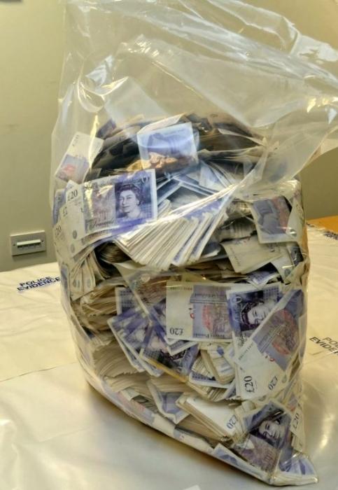У пассажира нашли 1 500 000 фунтов стерлингов в чемоданах, когда он пытался бежать из Англии