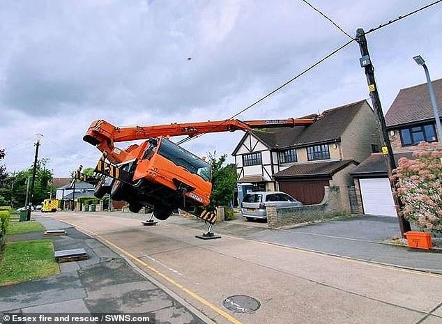 Гигантский кран опрокидывается при подъеме строительных материалов и стрелой ложится на крышу дома в городе Эссекс