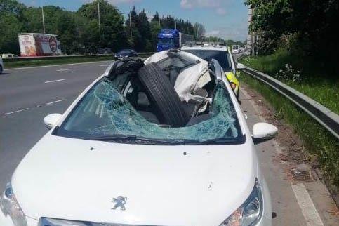 Водитель чудом спасся после того, как шина разбила машину на шоссе