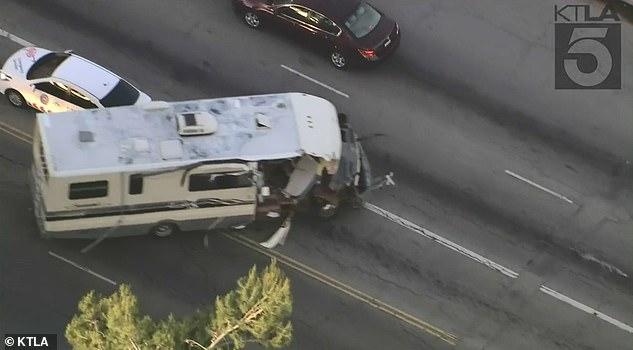 Скоростная погоня по улицам Лос-Анджелеса. Испуганная собака выскакивает из украденной машины, прежде чем машина врезается в дерево