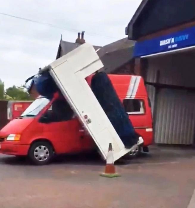 Смешной момент, фургон застрял в автомойке - и всё посносил