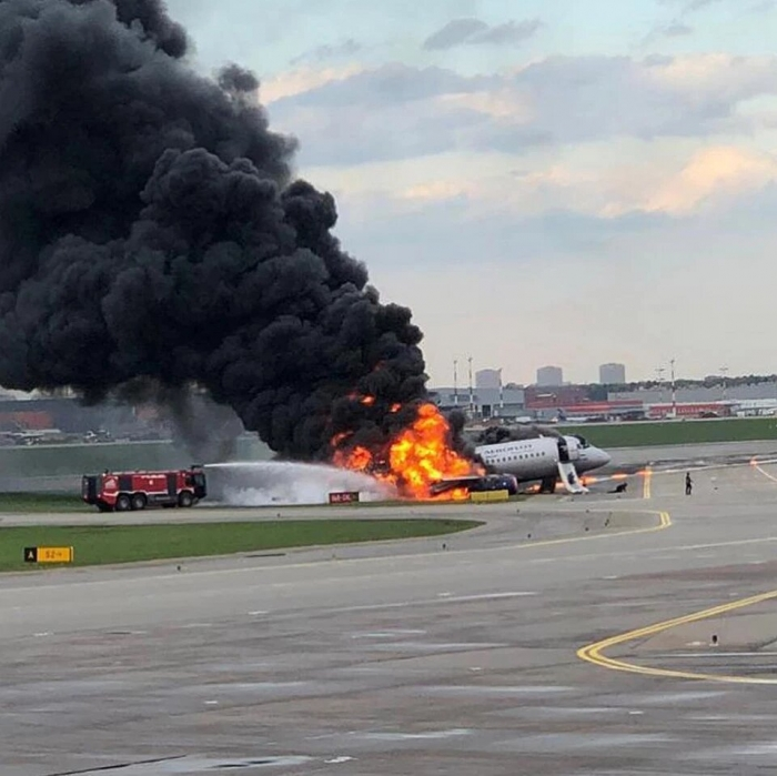 В Москве в Шереметьево загорелся самолет при посадке