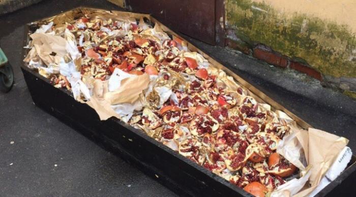 Наполненный фруктами граната гроб медленно плыл по каналу Грибоедова