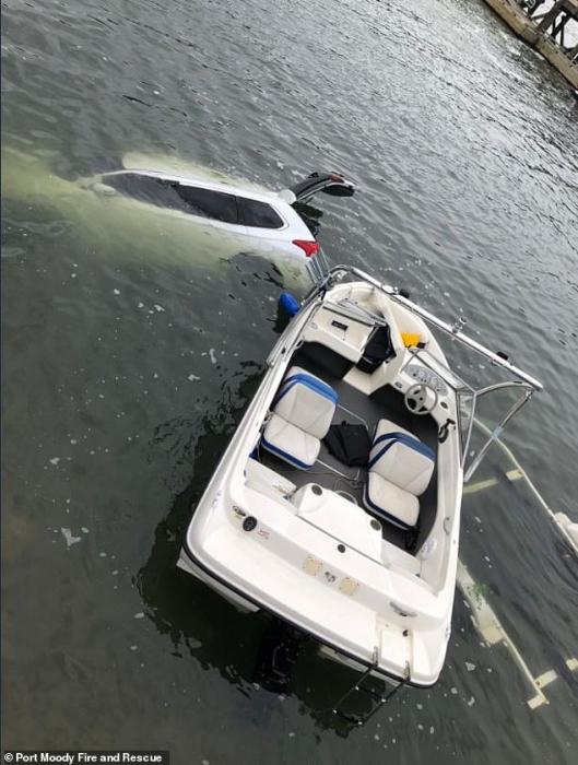 Хорошо водитель отскочил в сторону от своего собственного внедорожника, когда он начал катиться в море