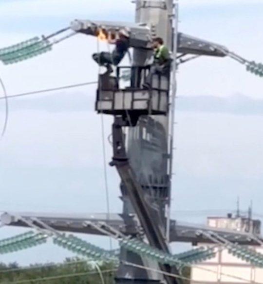 Электрик выполняет подтягивания на ЛЭП
