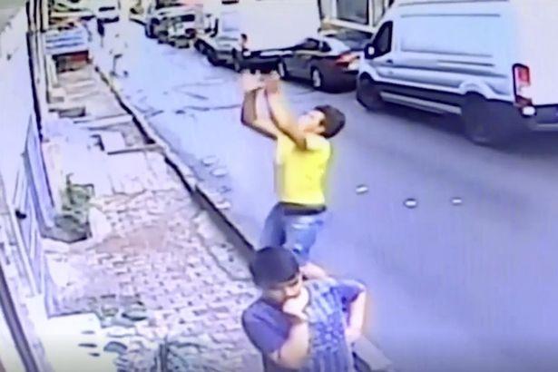 Геройский мальчик поймал малыша, который упал из окна - и она выжила