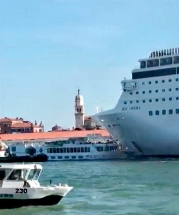 Туристы разбегаются, когда круизный лайнер врезается в причал в Венеции