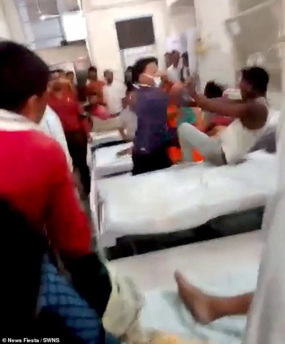 Разъяренный медик прыгает на кровать пациента и бьет его по голове за «нападение на персонал больницы» в Индии