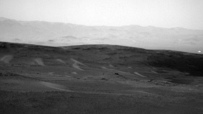 Странный белый свет, замеченный на фото Марса, является «сигналом инопланетян», считают теоретики заговора