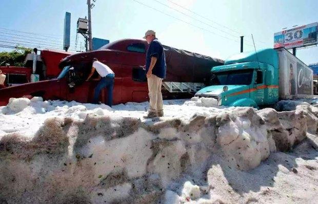 Сильный град засыпал Мехико 1,5-метровым слоем льда, а в Европе жара