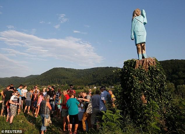 Ужасная статуя Мелании Трамп открыта в ее родном городе в Словении