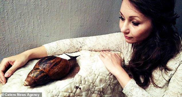 Женщина не может без своей любимой гигантской улитки, которая почти 30 см длиной и весит полкило