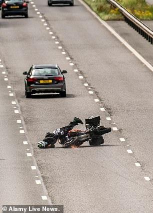 Чудо на трассе. Байкер теряет управление и падает на шоссе, в то время как машины проезжают мимо ... затем встает и отряхивается
